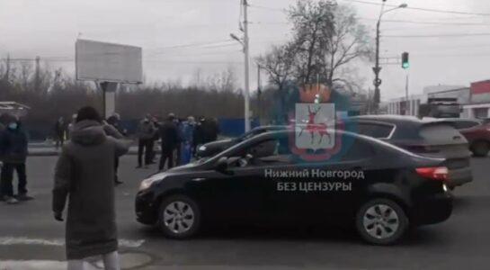 Противники сноса Карповского рынка перекрыли проезжую часть