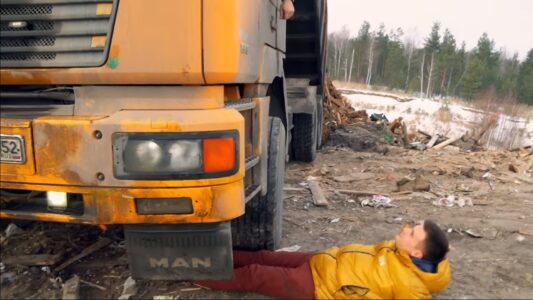 Эколог лег под колеса грузовика, свозившего мусор на нелегальную свалку в Дзержинске
