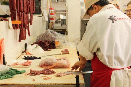 «Мясной клей» обнаружили в полукопченой колбасе в Нижегородской области