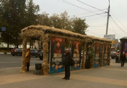 «Ждем транспорт в хижине»: нижегородцев поразил вид остановки на площади Лядова