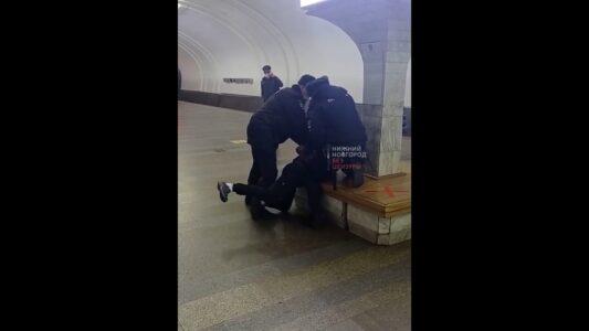 Полиция применила силу к мужчине, отказавшемуся надеть маску в нижегородском метро